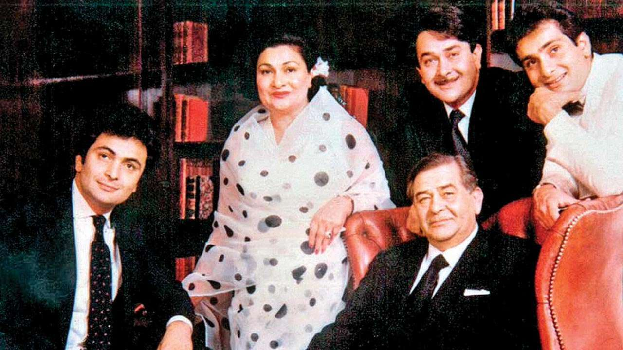 Rishi Kapoor with his Parents and Siblings